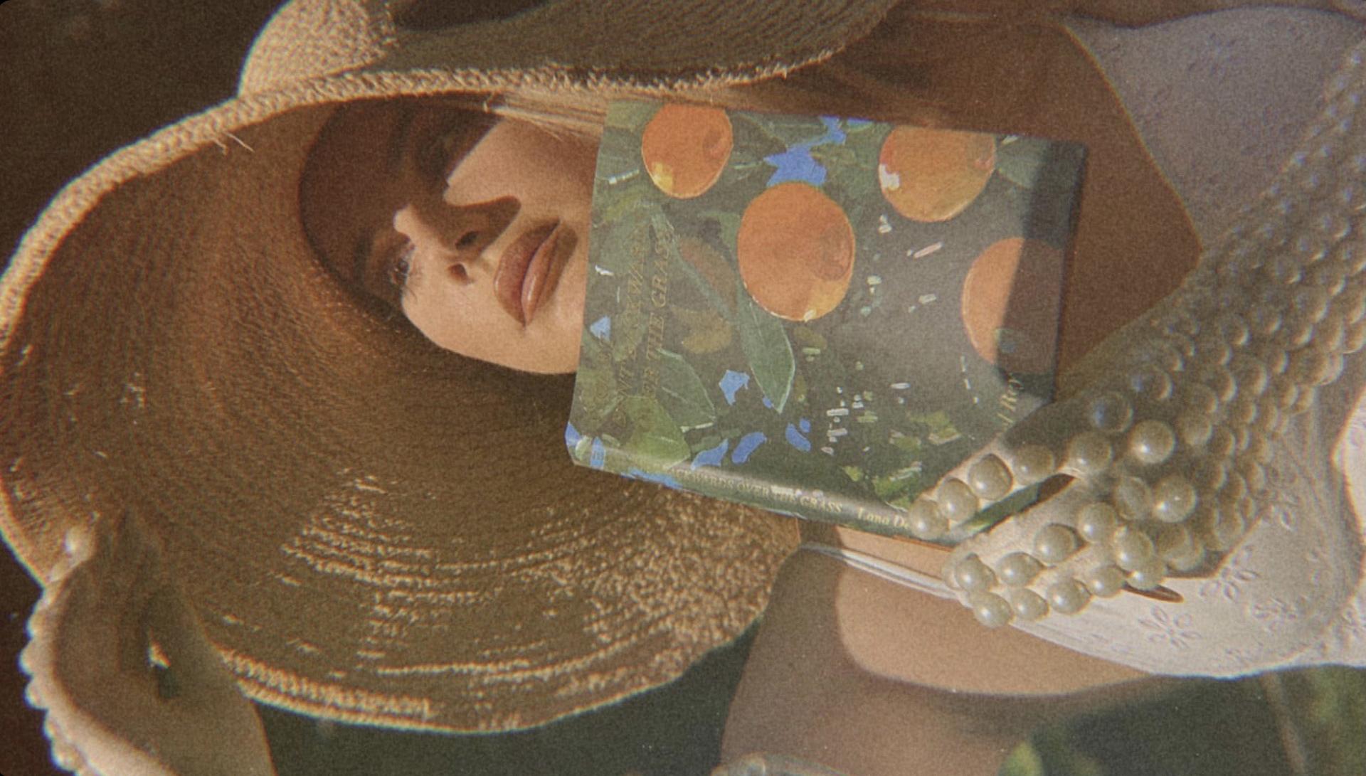 Lana Del Rey imprime melancolía en su libro de poemas